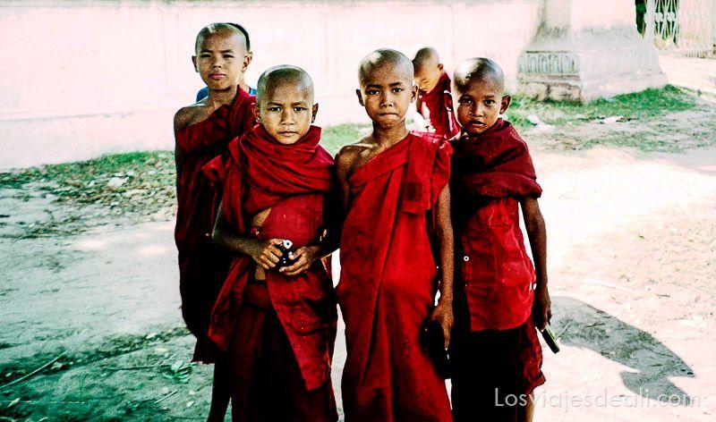 myanmar monjes con pistolas
