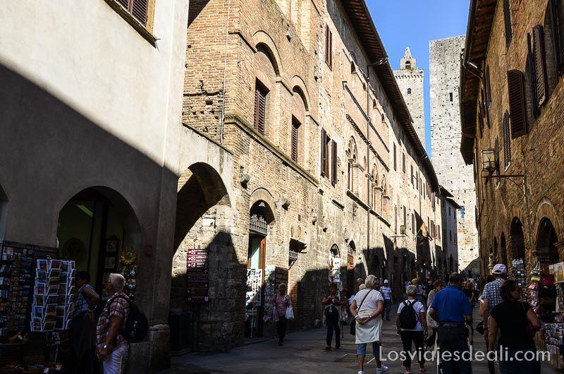 calle principal con torres al fondo y mucha gente subiendo