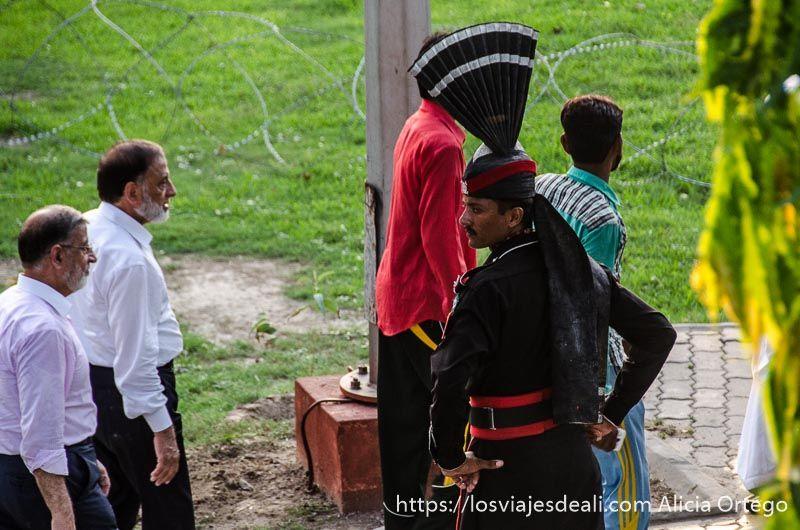 soldado pakistani ceremonia frontera india-pakistan_