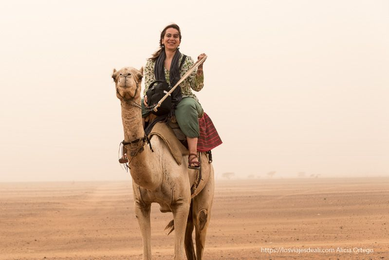 montando en camello en Meroe guía de viaje a Sudán