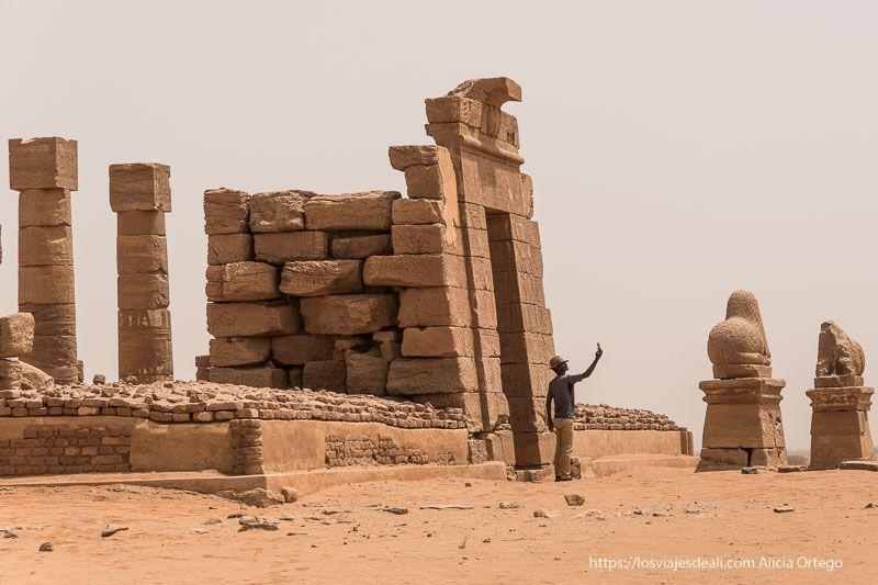 un turista se hace un selfie en uno de los templos de Naqa cerca de las pirámides de Meroe