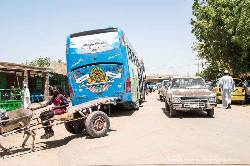 Bus sudanés de largo recorrido pintado de alegres colores en Kerma guía de viaje a Sudán