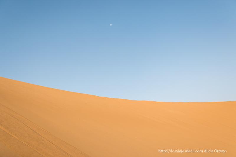 duna de color naranja sobre cielo azul