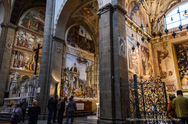 interior iglesia llena de frescos en florencia
