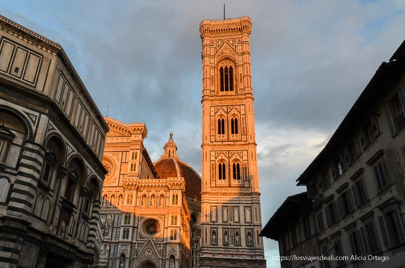 campanile de florencia con la luz del atardecer