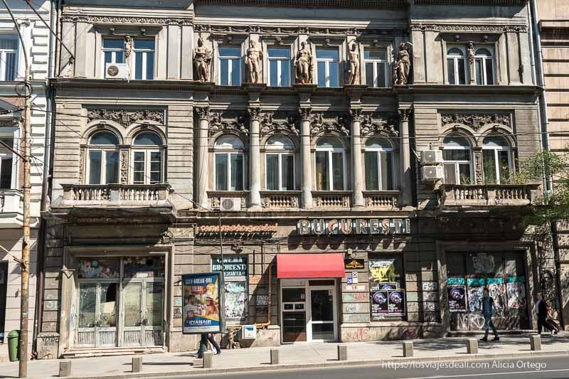 edificio antiguo de Bucarest 9 días en Rumanía