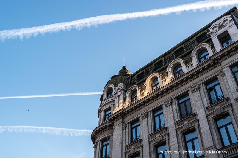 edifico neoclásico de Bucarest al atardecer 9 días en rumanía