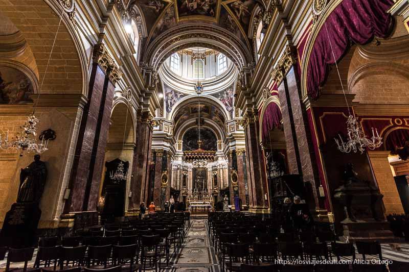 interior catedral Mdina en Malta con mármoles y cortinas de terciopelo