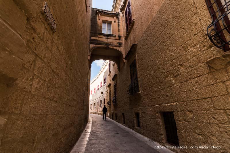 qué ver en Mdina y Rabat calle con muros de piedra