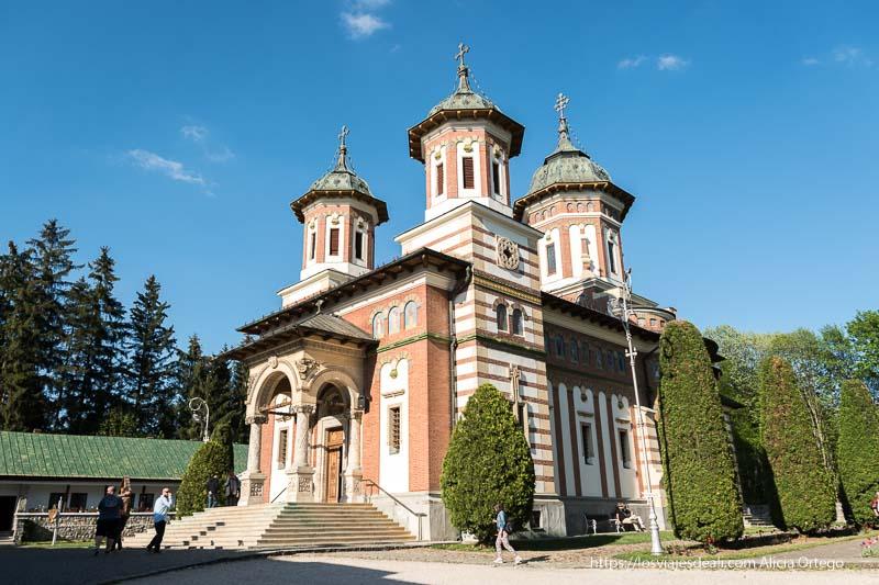 iglesia del monasterio de sinaia con tres torres