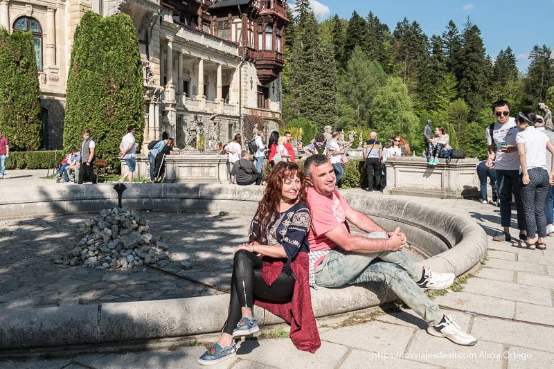 turistas rumanos posando delante del castillo de peles en sinaia
