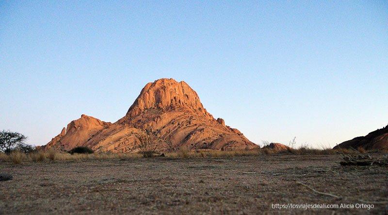 montaña de spitzkoppe de color naranja al amanecer Namibia