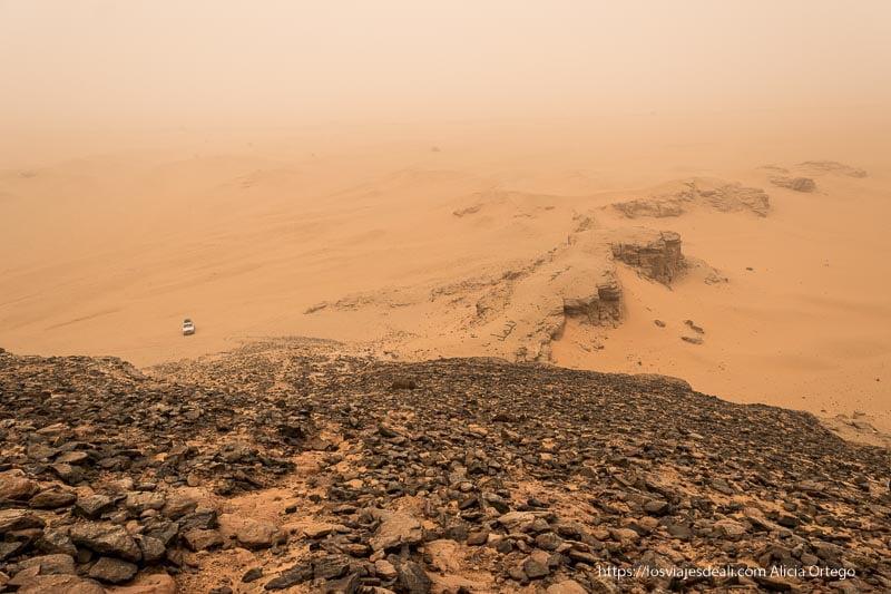 paisaje bajo gran tormenta de arena en Jebel Barkal