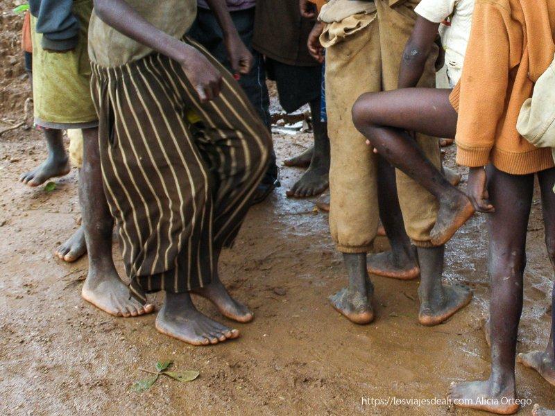 pies de niños bailando en Sansana Burkina