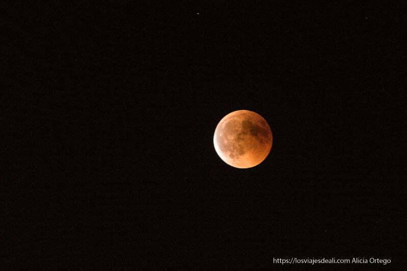 luna de sangre con brillante color naranja
