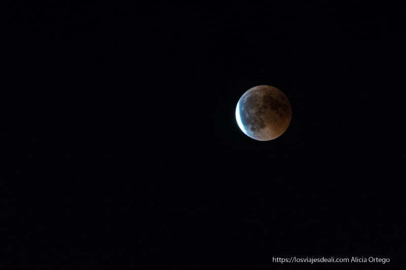 una franja de luz se abre paso en la luna eclipsada