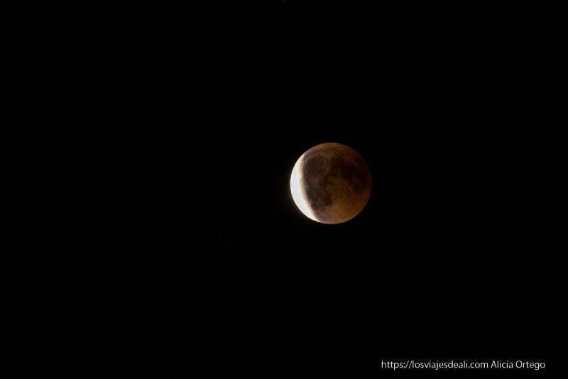luna saliendo del eclipse aún roja con parte blanca eclipse de luna 2018