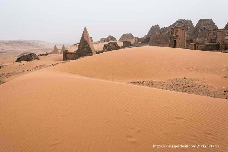 pirámides de meroe entre dunas de arena