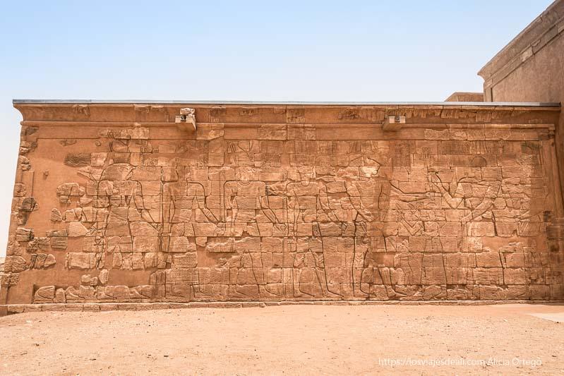 muro lleno de relieves en el templo de Naqa donde faraón recibe a dioses