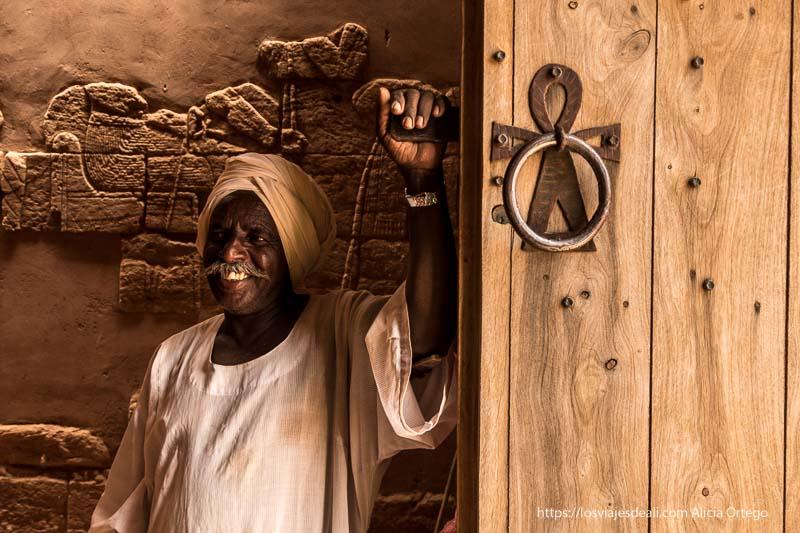 gaffir que abre la puerta del templo de Naqa en Sudán