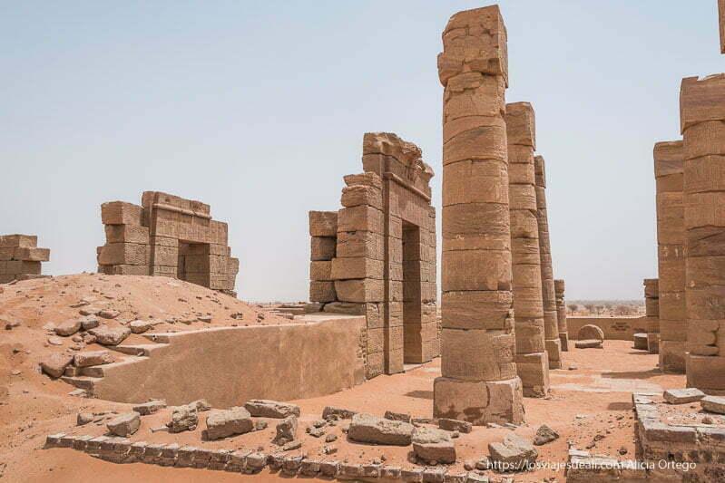columnas y puertas del templo de Naqa en Sudán