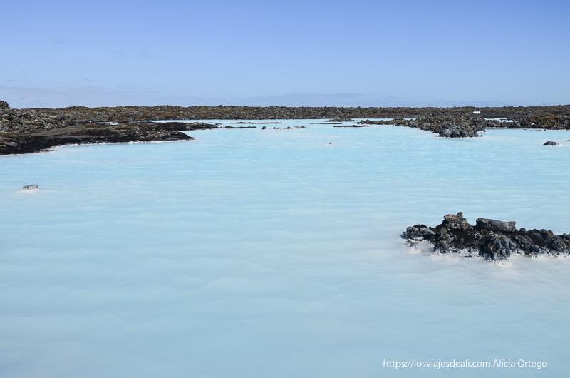 lago de aguas turquesas entre piedra volcánica blue lagoon