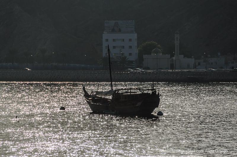 dhow al atardecer en el puerto de muscat