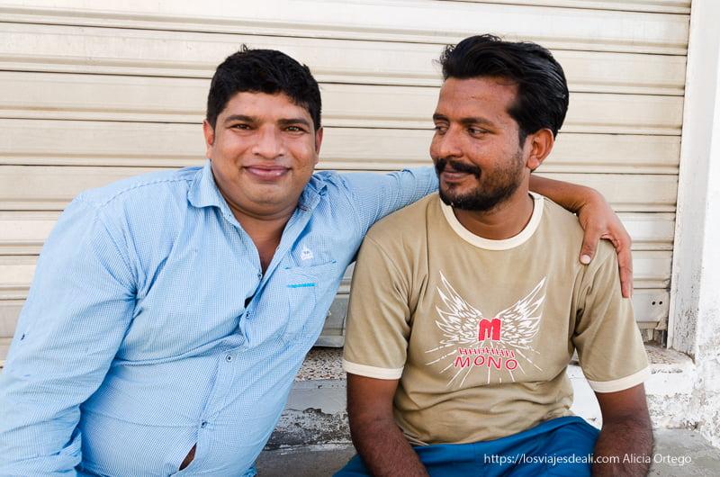 amigos posando en las calles de muscat