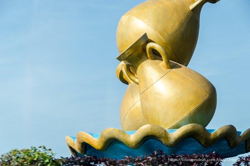 escultura de tres ánforas en una glorieta de Muscat