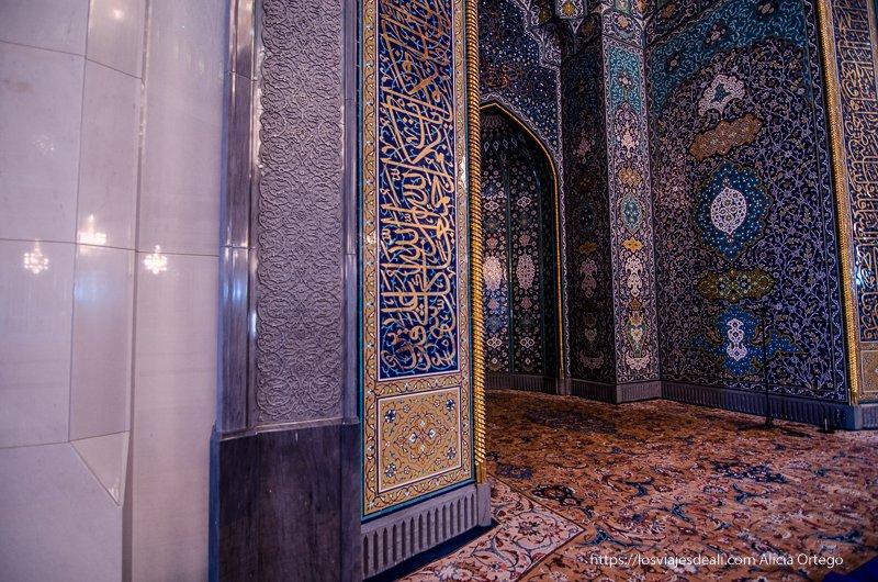 mirhab con azulejos azules en la mezquita de Muscat