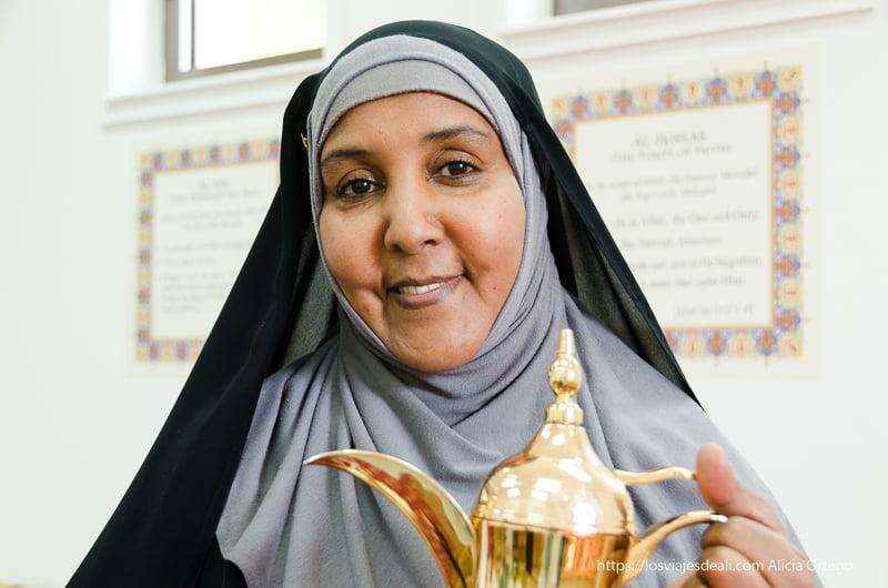 mujer omaní con cafetera típica en Muscat
