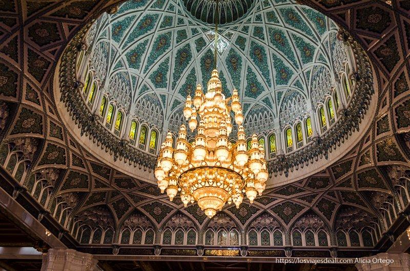 lámpara gigante en la mezquita del sultán de Muscat