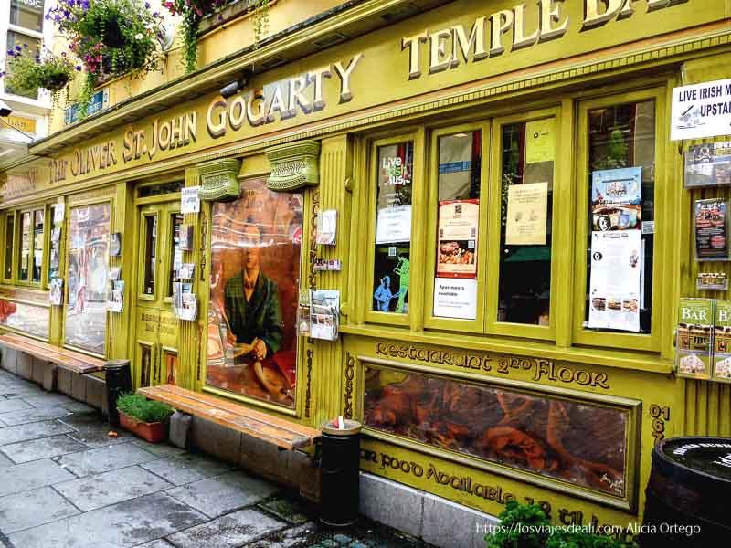 pub de la zona de temple bar en un paseo por dublin