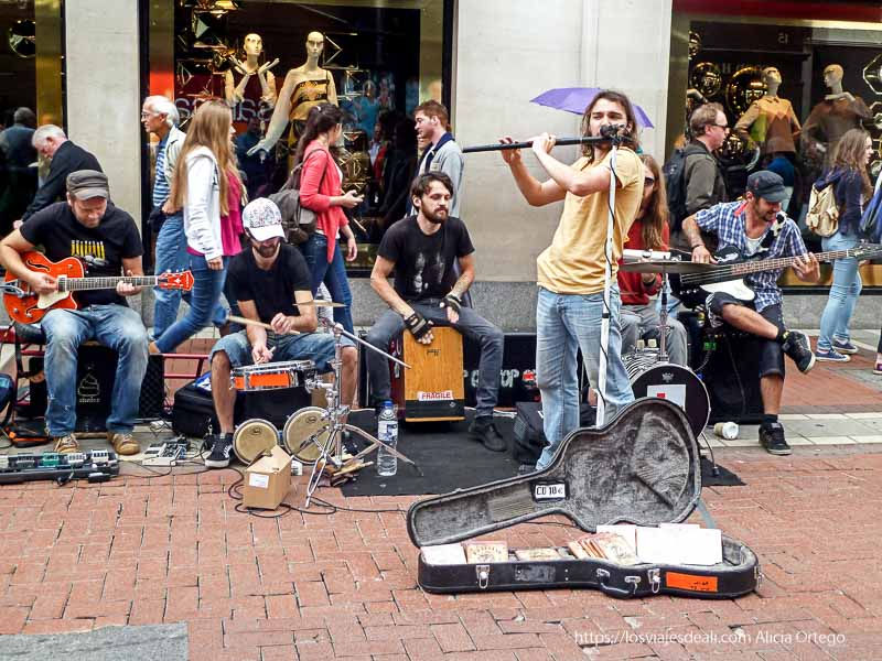 músicos callejeros en un paseo por dublin