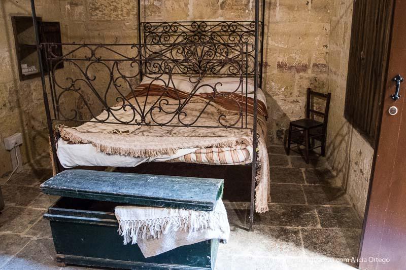 museo etnográfico de Gozo dormitorio con cama de hierro