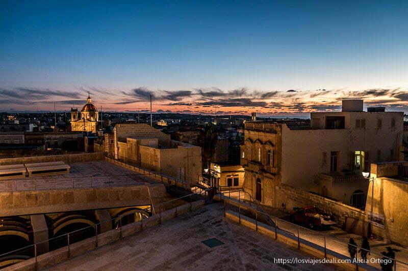 panorámica de Victoria con luces de atardecer y gran campanario desde las murallas de la ciudadela qué ver en Gozo