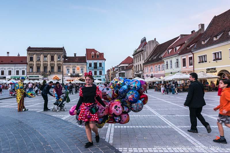 vendedora de globos vestida de minie en la plaza de brasov