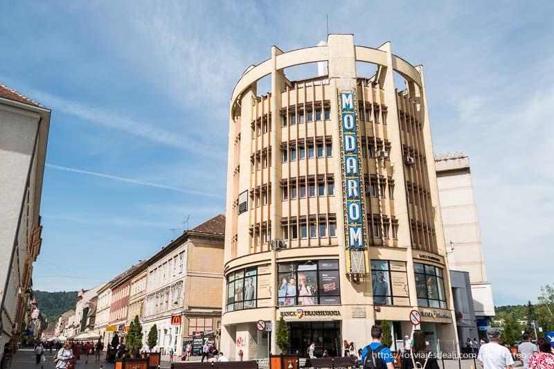 edificio modarom circular y de arquitectura de los años sesenta en brasov