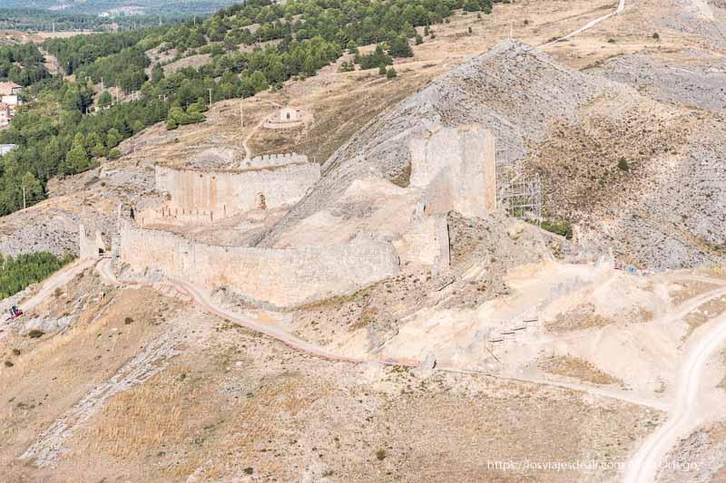 fortaleza sobre Burgo de Osma con varias murallas defensivas y una torre