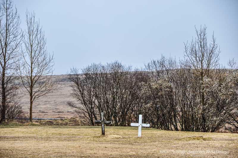 dos cruces una blanca y otra negra en cementerio cultura islandesa