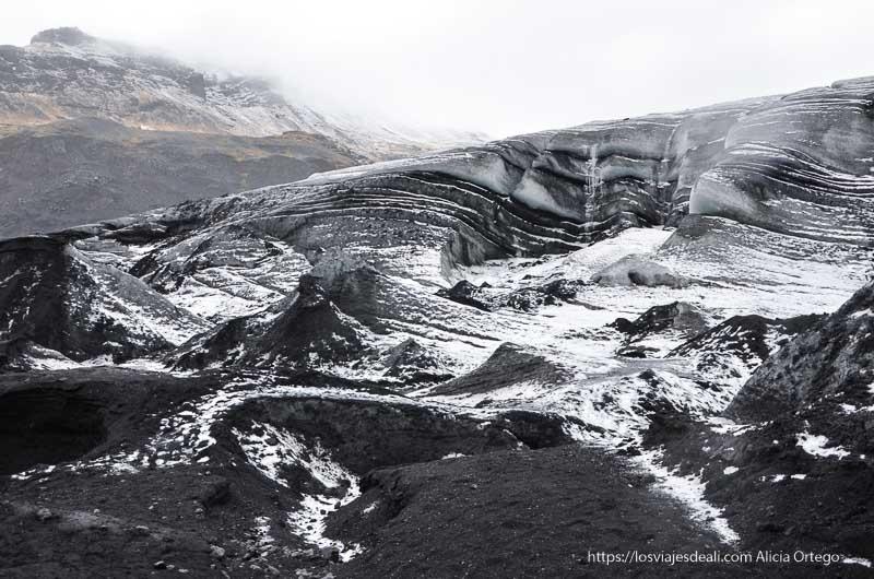 paisaje del glaciar blanco y negro por la ceniza del volcán