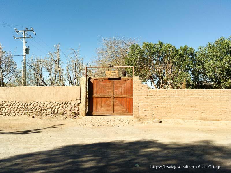 entrada del hostal martita con muro de adobe en san pedro Organizar tu viaje a Chile