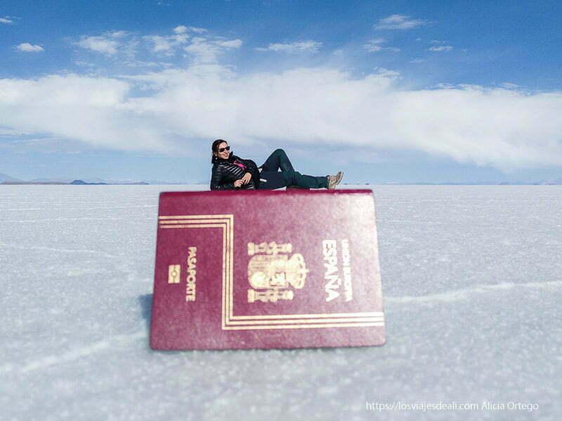 posando sobre mi pasaporte en el salar de uyuni