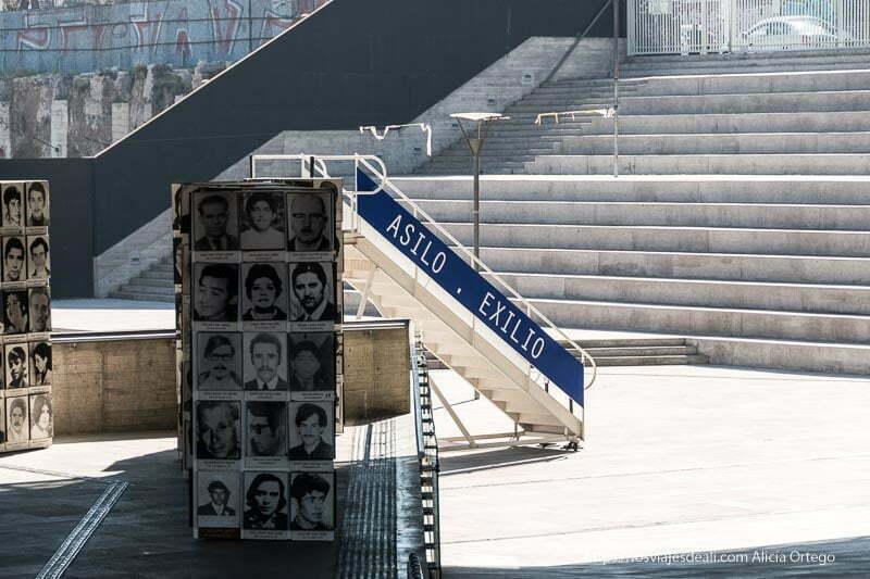 escalerilla de avión con palabras Asilo - Exilio en el patio del museo de la memoria de santiago de chile