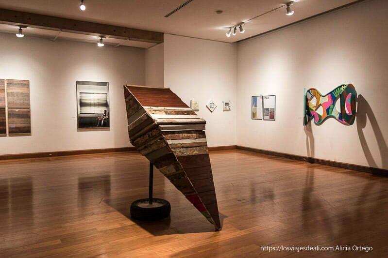 sala con obras modernas y suelo de madera del museo de artes visuales de santiago de chile
