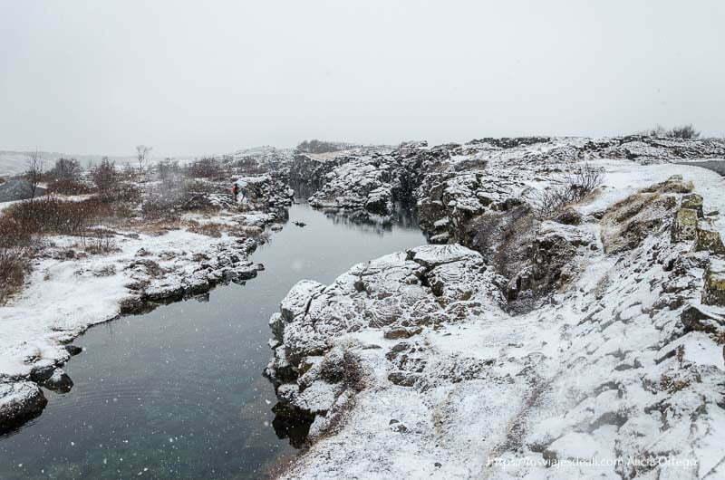 río que cruza Pingvellir entre rocas nevadas triángulo dorado de islandia