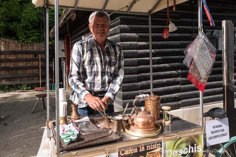 vendedor de café a la turca con tetera y vasos de cobre excursión a bran y rasnov