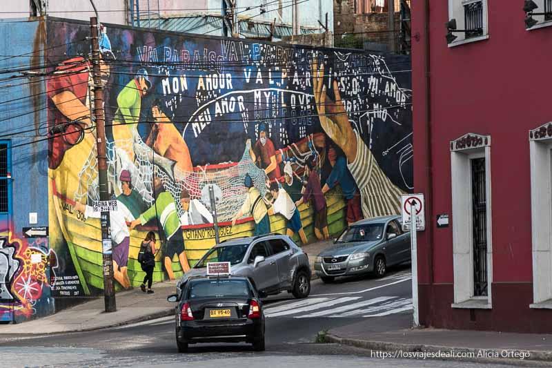 mural de pescadores en calle que sube a un cerro Viña del mar y valparaíso