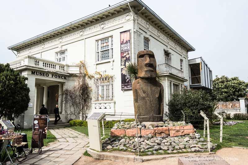 entrada con moai auténtico en museo fonck Viña del mar y valparaíso