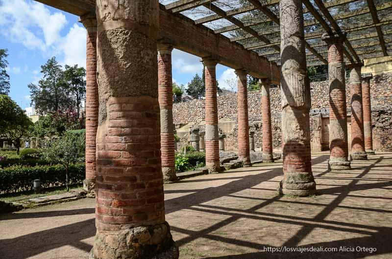 parte trasera del anfiteatro romano de mérida con columnas de ladrillo y jardines